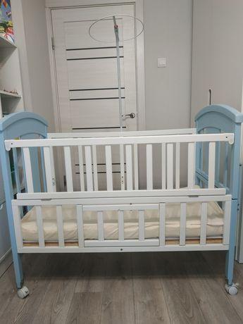 Кроватка детская с матрасом и кронштейном