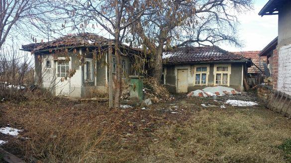Продавам стара къща с двор