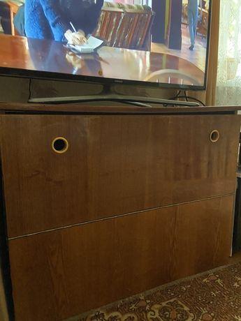 Отдам старый деревянный стол и комод