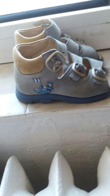 Vând sandale băieți