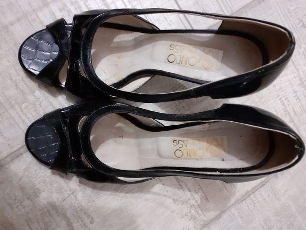 Pantofi din piele lăcuită foarte frumoși.