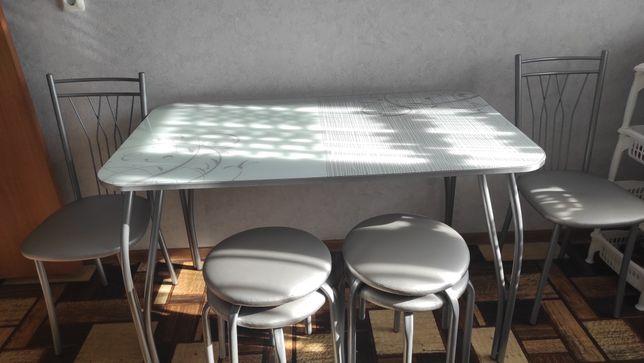 Срочно продам стол со стульями в отличном состоянии