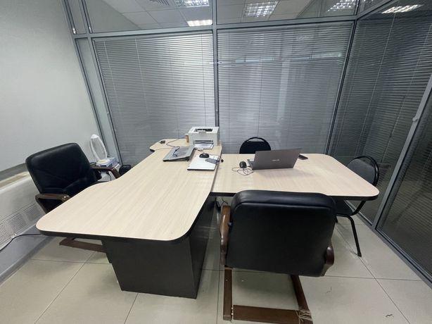 Продаю офисный стол и 2 кожанных кресла