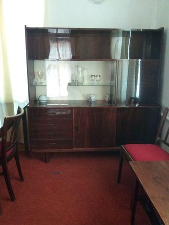 Набор мебели состоящий из серванта, дивана и книжного шкафа.