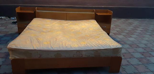 Срочно Продам двухспальную кровать с матрасом