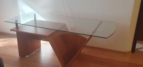 Холна маса със стъклен плот и дървена основа