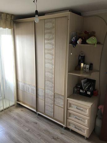 Спальный гарнитур , стол, полки