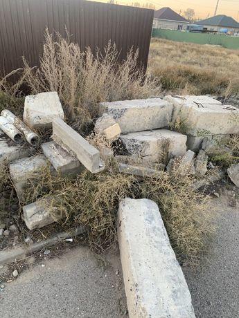 Продам бетонные блоки 30/30/1м в количестве 10 шт и бордюр б/у штук 15