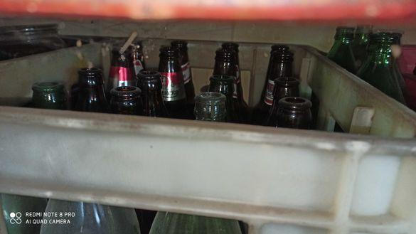 Стъклени бутилки бира амбалаж различни видове и буркани бирени