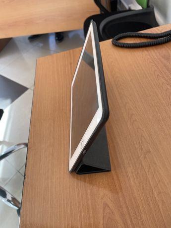 Комплект Планшет Apple iPad 9.7 32 GB WIFI + apple pencil + клавиатура