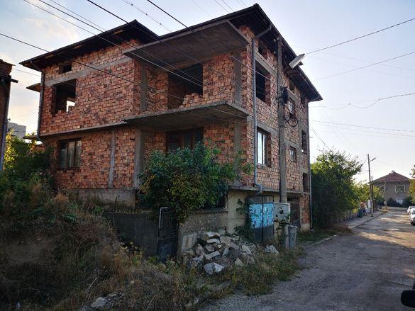 Три етажна къща на груб строеж