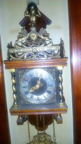 Стенен часовник направен от порцелан