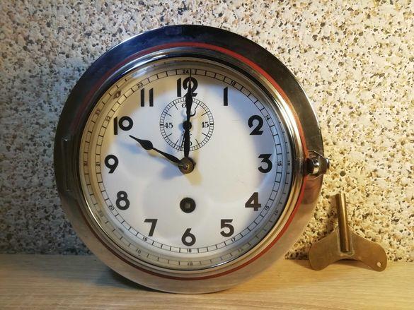 Стар, работещ корабен часовник