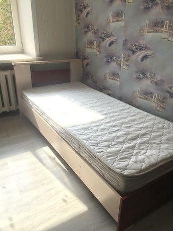 Кровать цвет белый.