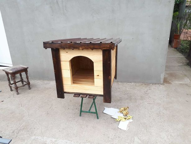 Cusca de caine din lemn, izolata termic