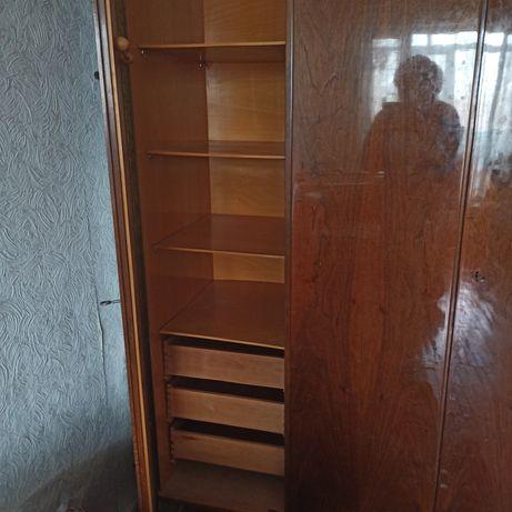 Шкаф трех дверный