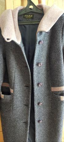 Продам качественное пальто с капюшоном на р.50 свободного кроя.