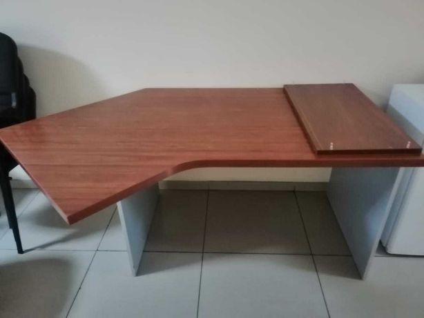 3-стула прилепленных , также продается стол