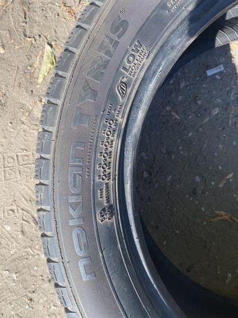 215/55/17  Продам шины липучка зимние нокиа как новые