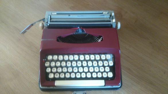 Пишеща машина с куфар - цвят бордо. Акцент в дизайна.