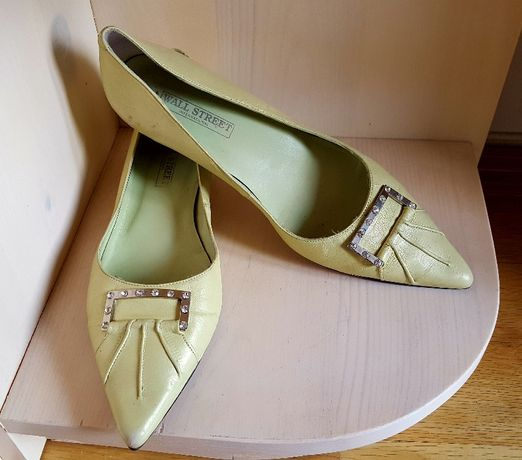 Продавам дамски обувки нисък ток
