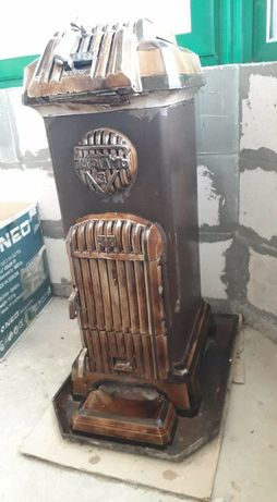 Старинна печка с дърва, работеща