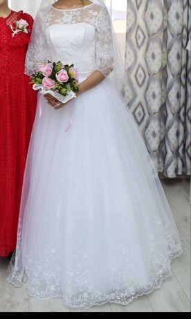 Продаю свадебное платье одевала 1 раз, нежное,  не пышное, белоснежное