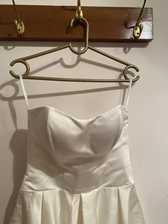 Белая платье ткань атлас
