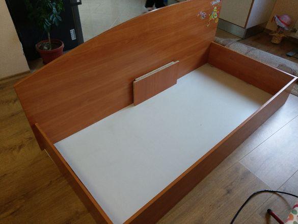 Единично легло с размери 90х190. Промоционално към него има два повдиг