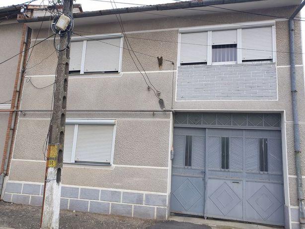 Vand casa cu etaj, 6 camere, construita pentru 2 familii.