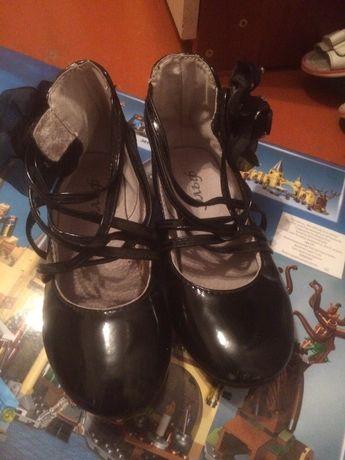 Туфельки на девочку 27 размер лакированные
