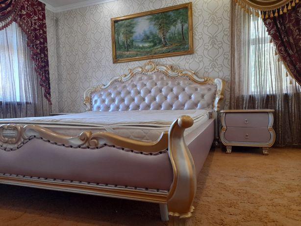 Кожаная 2-х спальная кровать с тумбами
