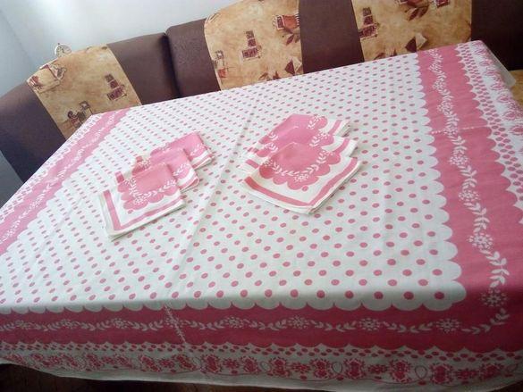 Комплект покривка за маса със салфетки