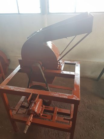Moara de macinat cereale si lucerna dupa tractor