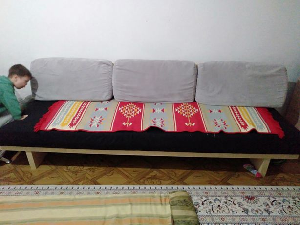 Продам диван с двумя пуфиками