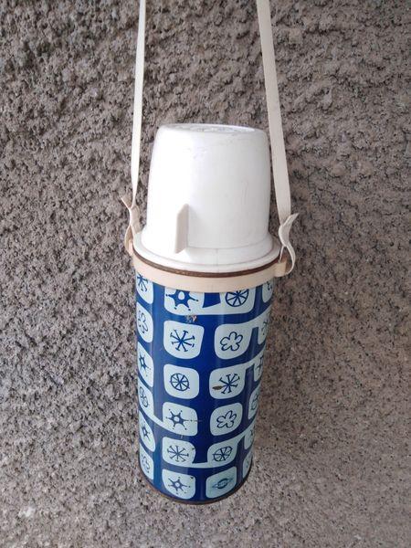 Термос. Литър и половина с две чашки. Много запаьен за времето си. гр. Харманли - image 1