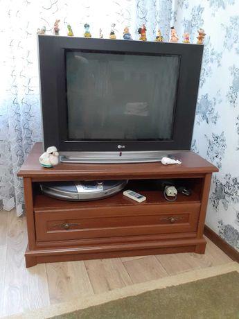 Телевизор LG с деревянной полкой