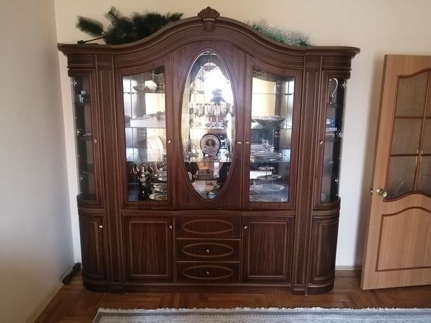 Гостиная в зал продам хорошего качества дерево стекло все целое.