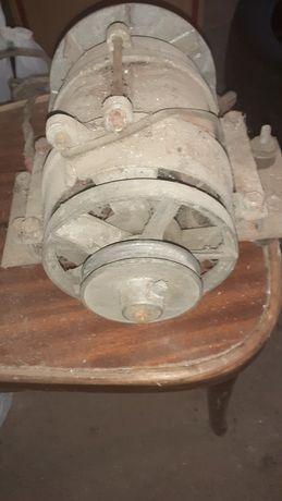 Motor monofazic, mașină de cusut, canistre de tabla, sticle de sifon,