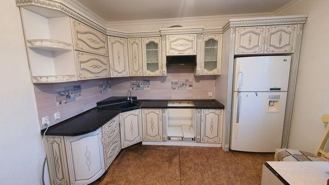 Кухня с мойкой и вытяжкой