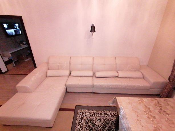 6-ти местный модульный диван молочного цвета.