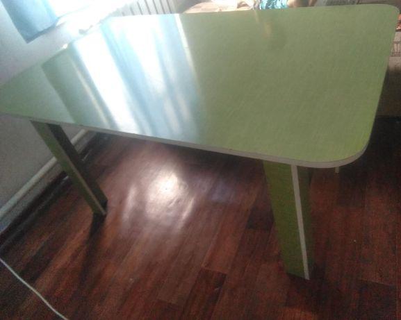 Стол зеленый , большой, красивый