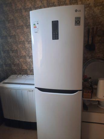 Холодильник LG, цветом белый,  морозильник 3 отделения,хорошо морозит.