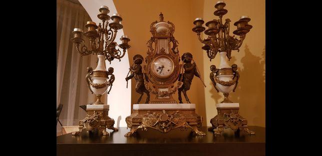 vand / schimb Ceas de semineu bronz cu 2 sfesnice