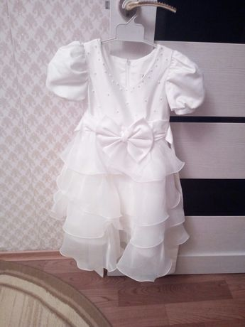 Продам красивые платья на девочек