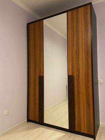 Шкаф, кровать, комод, зеркало