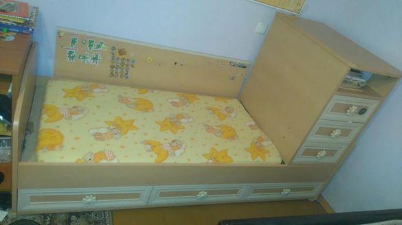 Детско Легло с шкафове отдолу и отделен шкаф