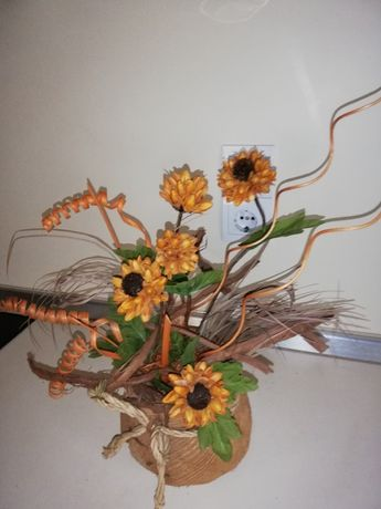 Три различни цветни декорации от цветя букет