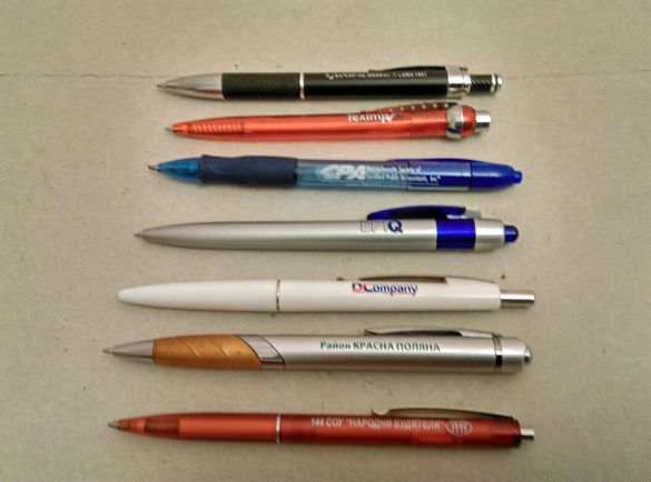 Химикалки с пластмасов и метален корпус.