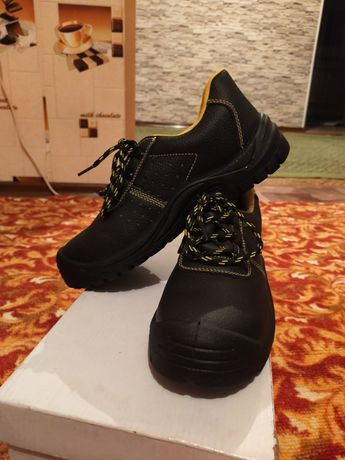 Ботинка чёрный рабочий.